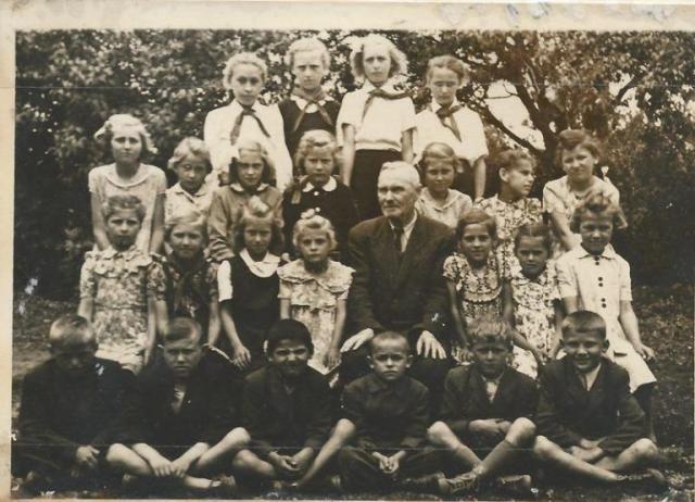 Az 1953-54-es iskolai év tanulói (Fotó: az iskola krónikából)